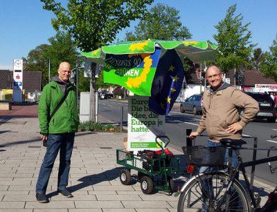 Björn Meyer und Boris Oberheitmann mit dem grünen Wahlmobil