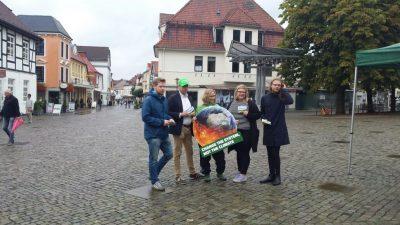 Trotz des schlechten Wetters: die Grüne Jugend am 8. September 2017 in Achim.